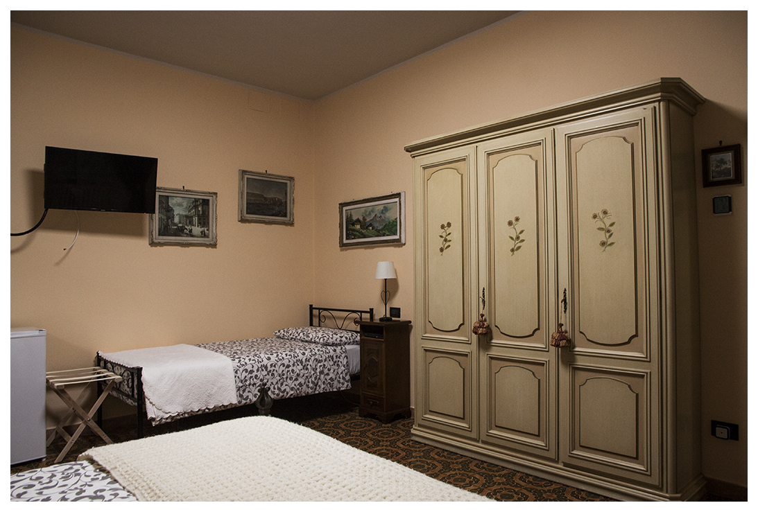 https://www.in-lombardia.it/sites/default/files/accomodation/gallery/101817/37062/armadio_e_letto_singolo_po.jpg
