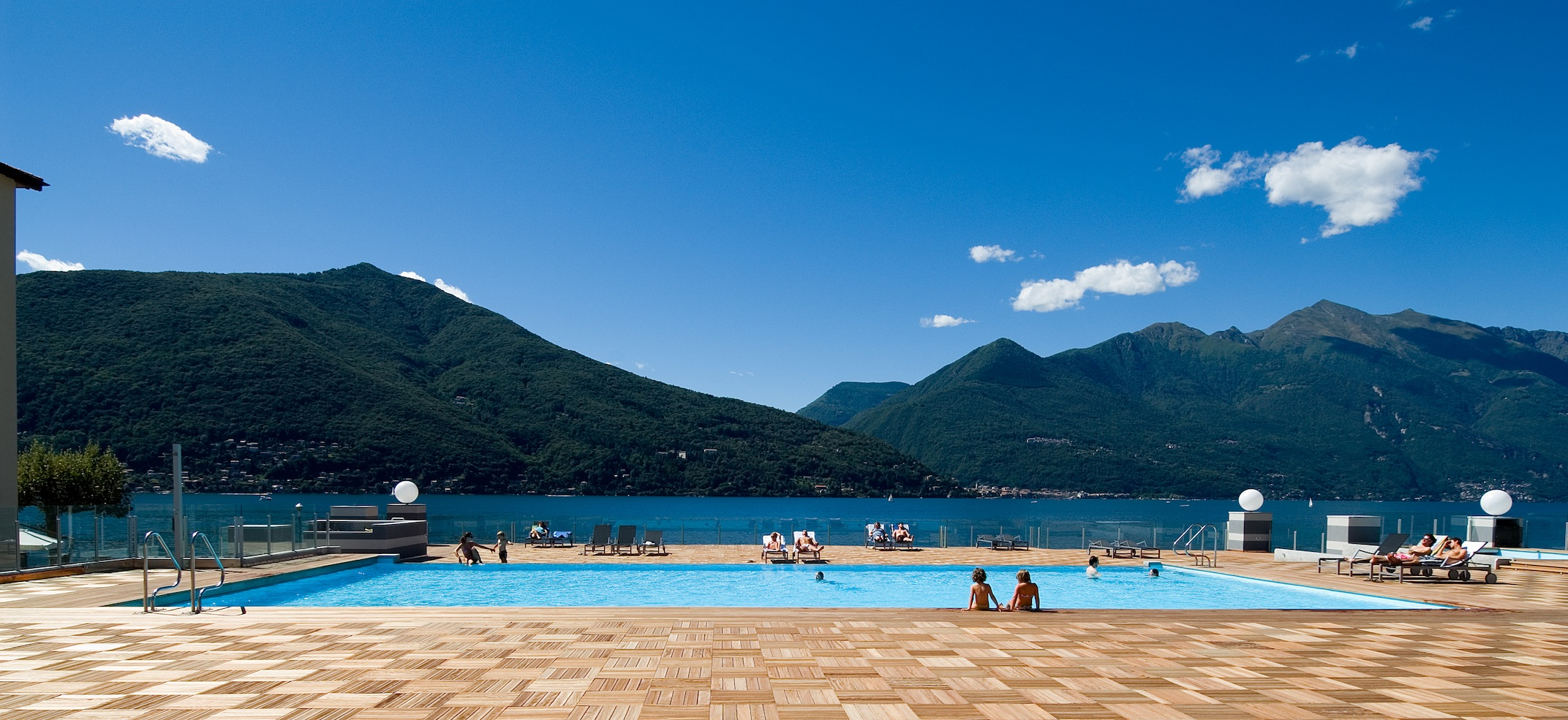 https://www.in-lombardia.it/sites/default/files/accomodation/images/105448/32225/swimming_pool_area.jpg
