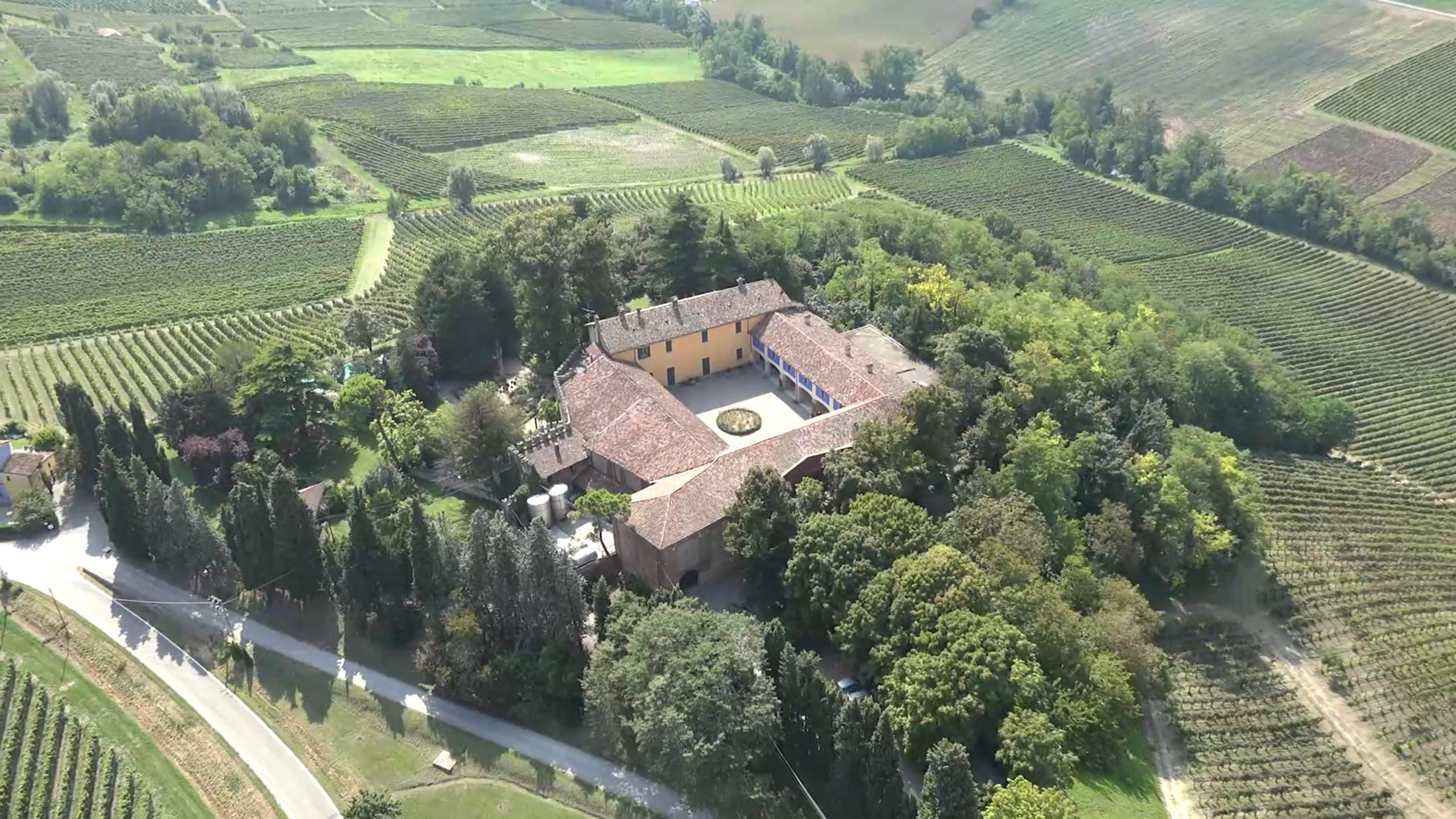 https://www.in-lombardia.it/sites/default/files/accomodation/images/107278/44411/veduta_castello_di_luzzano_corte.png