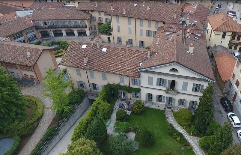 Vista dall'alto di Villa Medici Vidiserti e del Vicolo Pomè