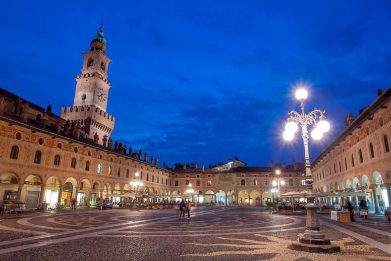 Piazza Ducale Vigevano, Monumenti Pavia