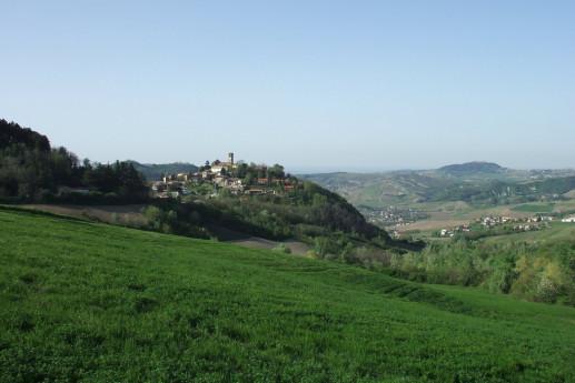 Il romantico borgo di Fortunago e i suoi colli