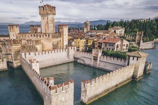 Dante in darsena al Castello Scaligero di Sirmione