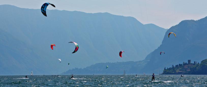 Un esercito di tavole da surf sui laghi lombardi