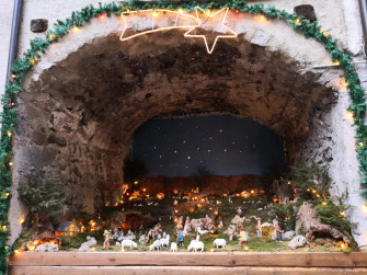 Presepe all'interno di un porticato