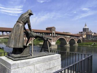 Pavia: il rosso del cotto, l'azzurro del fiume e il verde dei parchi