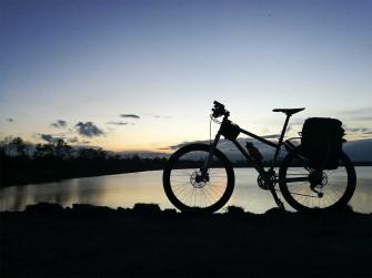 bici tramonto cicloturismo