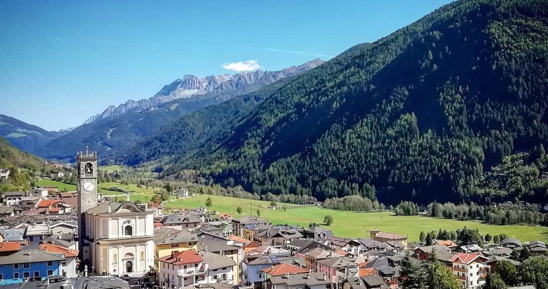 Veduta di Vezza d'Oglio con Parrocchiale di S. Martino (ph ig: @angelasoldanescu)