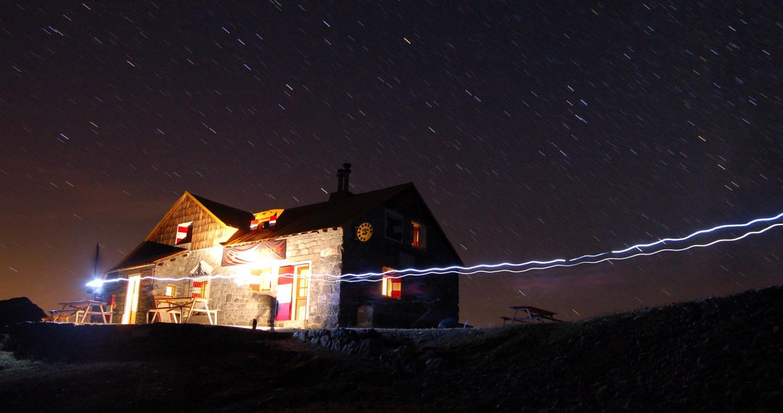 Il Rifugio Quinto Alpini di notte, Alta Valtellina