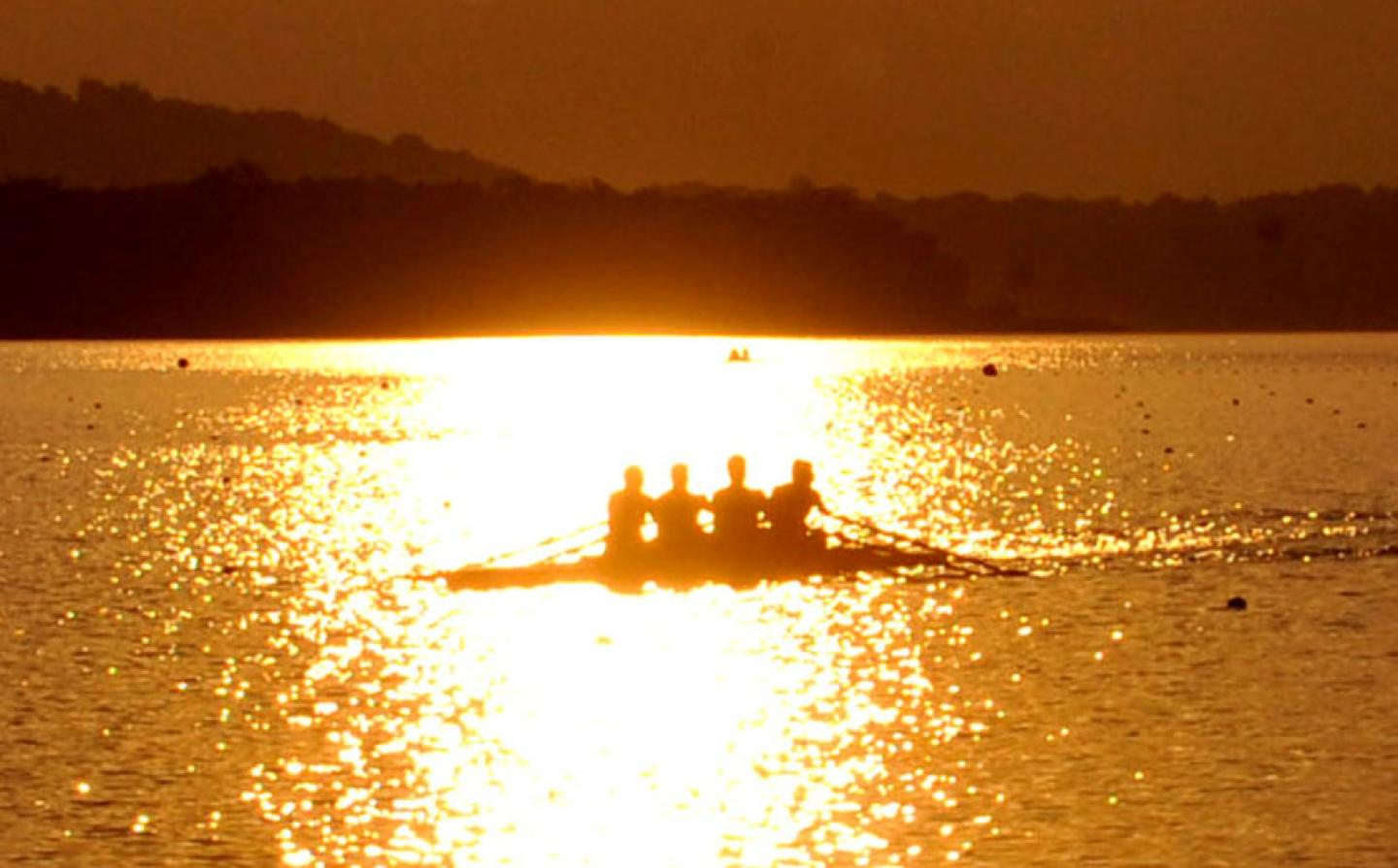 Rowing on Lake Varese: immersed in a landscape of unusual beauty