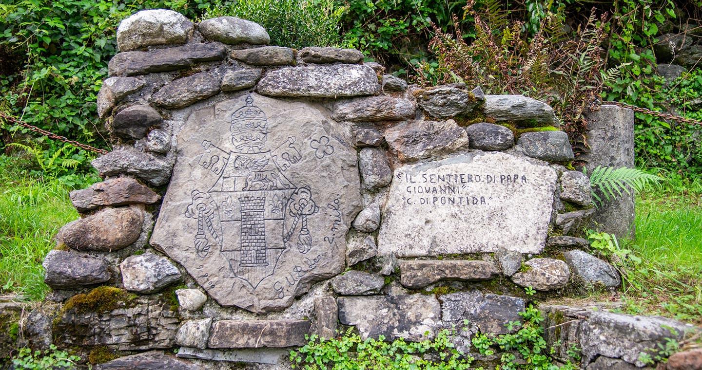 Uno dei 7 sassi commemorativi lungo il sentiero di Papa Giovanni XXIII (ph: Giacomo Albo, Aglaia srl)