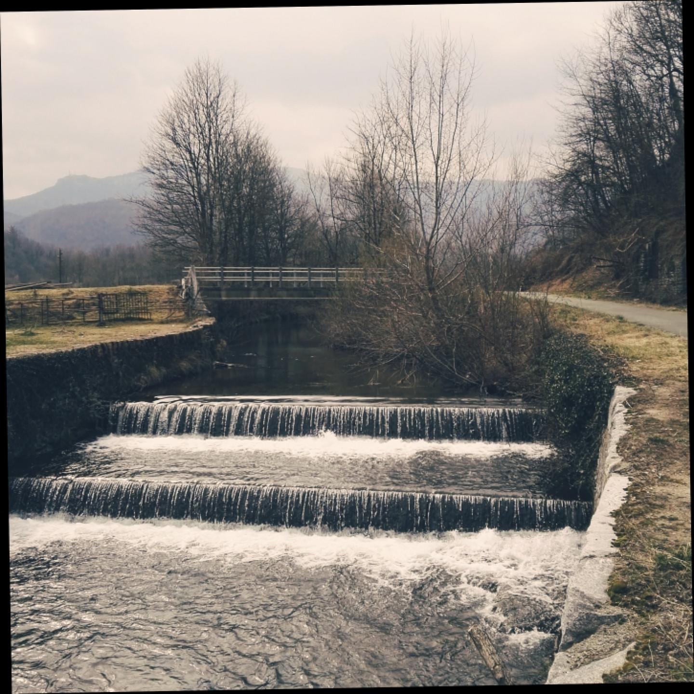 Sono molti i punti in cui la ciclabile affianca il torrente. Passata Rancio Valcuvia, nei pressi del sottopassaggio di Ferrera ci si imbatte in queste suggestive cascatelle