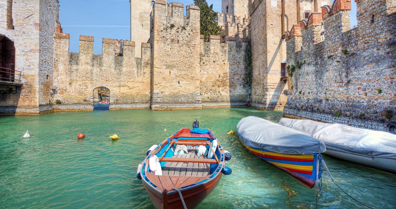 Cortile della darsena, Castello di Sirmione, Lago di Garda.