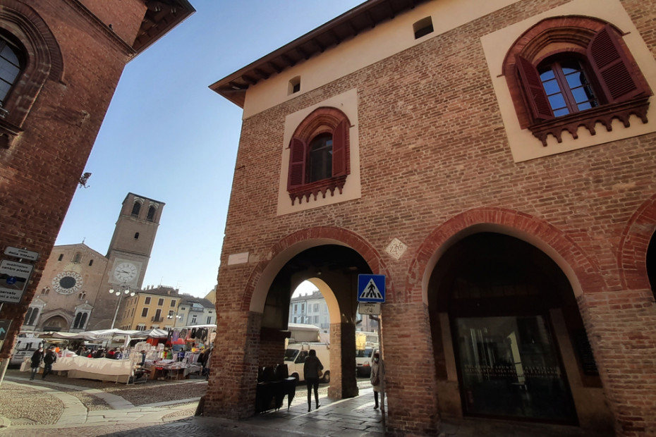 Scorcio della piazza con il Duomo e palazzo Vistarini