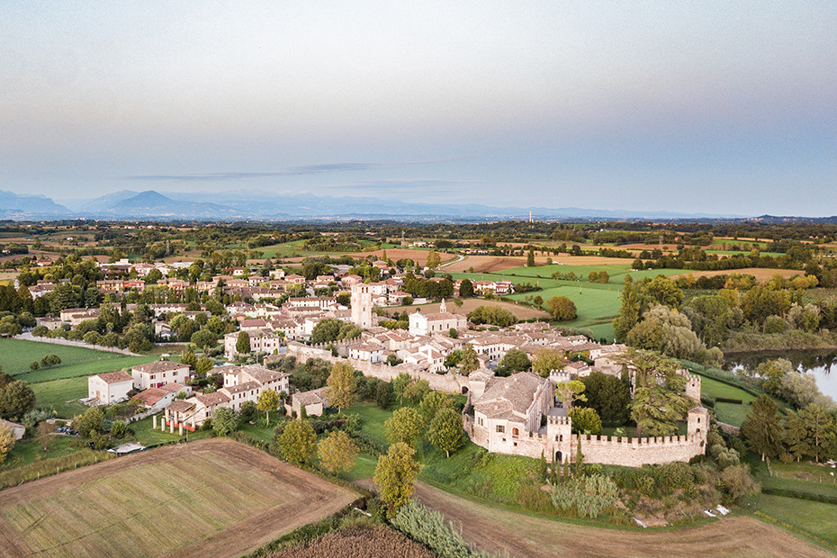 Castellaro Lagusello, un borgo da cartolina