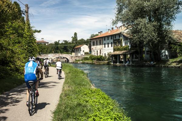 Lungo il Naviglio Grande in bici