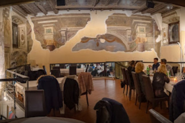 Gli affreschi all'interno