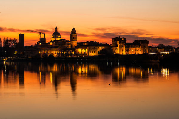 Skyline di Mantova al tramonto