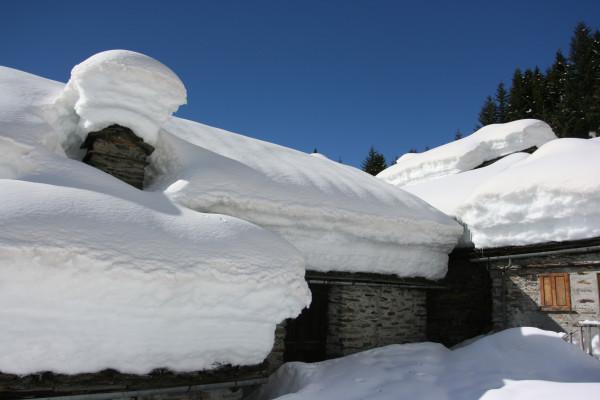 I tetti delle abitazioni sommersi dalla neve