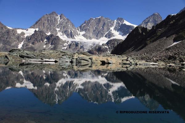 Il gruppo del Bernina si specchia nel Lago delle Forbici