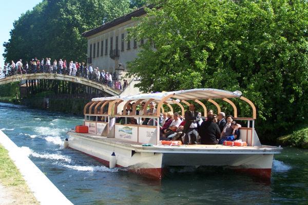 Navigating the Naviglio Grande: Ponte degli Scalini