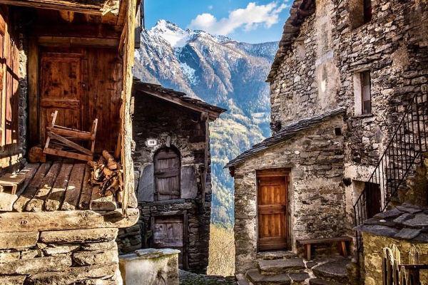 Savogno - Case abbandonate con mura di pietra